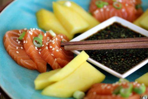 sashimi av laks og mango med ponzusaus