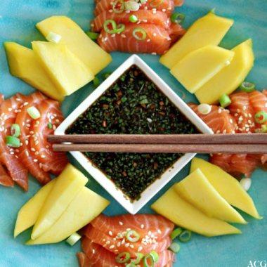 Bilde av sashimi, mango og ponzusaus ovenfra