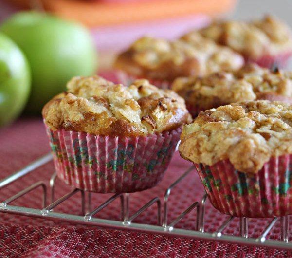 rist med eplemuffins og epler i bakgrunnen