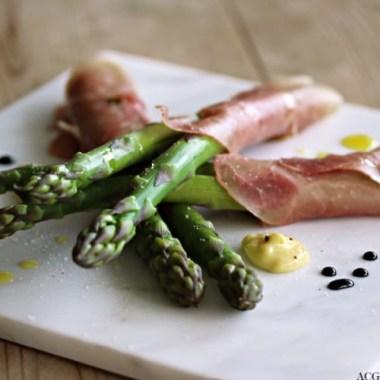 Nærbilde av asparges med skinke og aioli