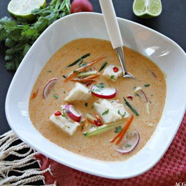 Tallerken med thai fiskesuppe med torsk