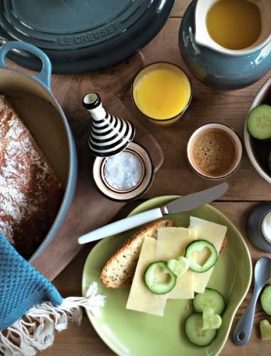 Frokostmotiv sett ovenfra med eltefritt brød