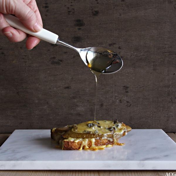 Ostesmørbrød med honning, pære og blåmuggost