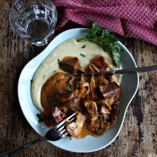 tallerken med stroganoff og potetmos