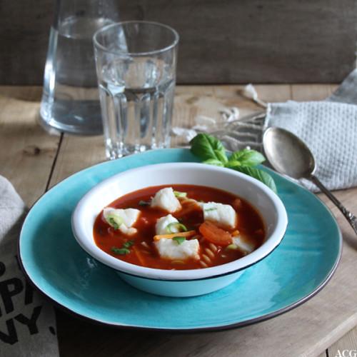 dekket bord med suppebolle og rød fiskesuppe