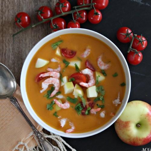Suppebolle med suppe og eple og tomater