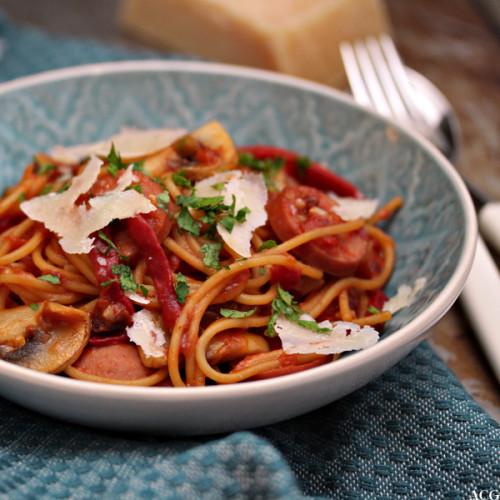 tallerken med kjøttpølse og spaghetti