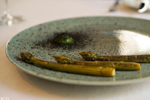 Grillet asparges, ramsløkmajones og trøffeltang