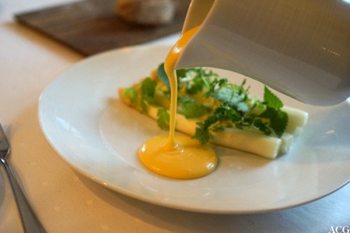 Hvite asparges fra Niedersachsen med hollandaise