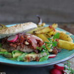 Hamburger med bacon og båtpoteter