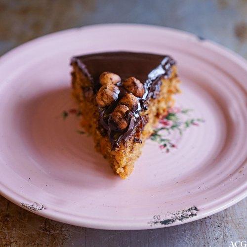gulrotkake med sjokoladekrem og hasselnøtter