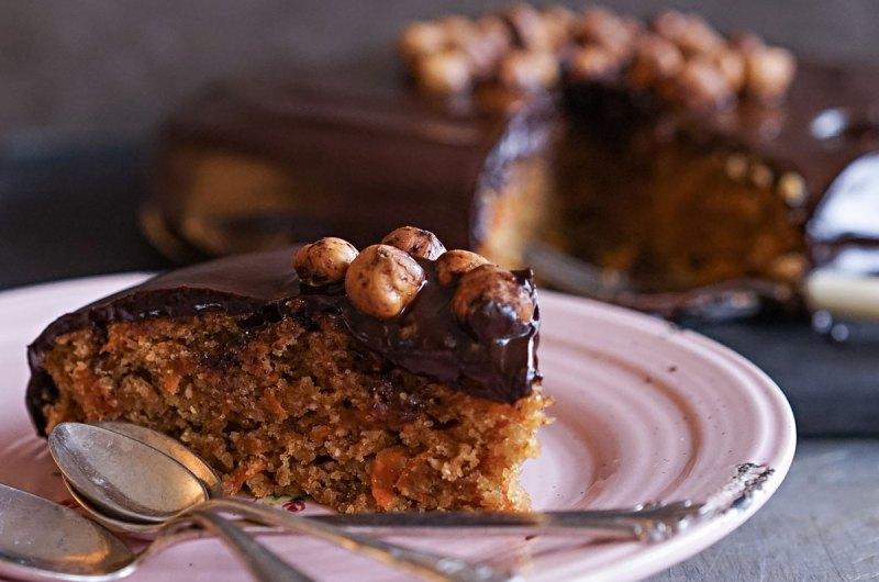 gulrotkake med hasselnøtter og sjokoladetrekk