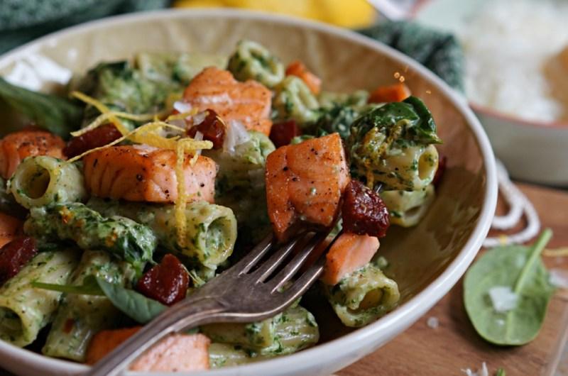 pasta med stekt laks, kremet spinat og chorizo