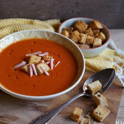 tomatsuppe med chili, skinke og krutonger