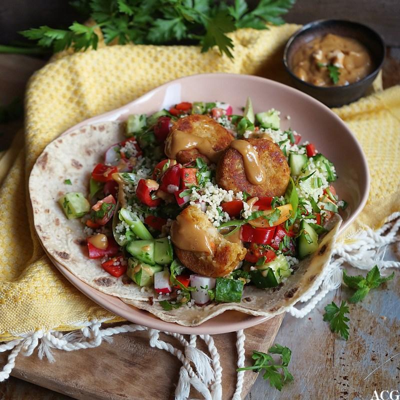 salat med falafel, couscous og peanøttdressing