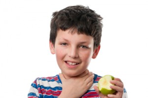 Niño atragantado con una manzana