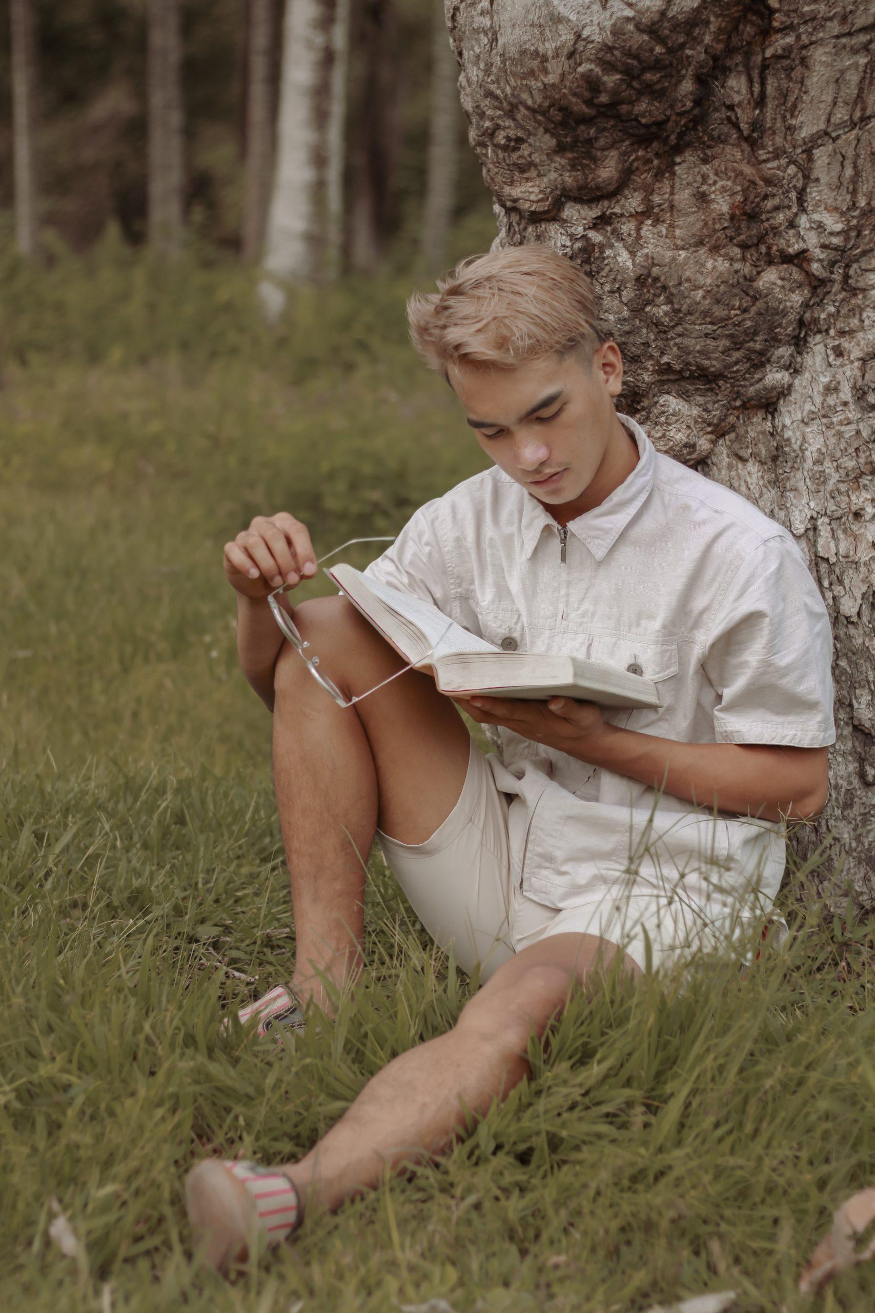 Prendre le temps de lire à l'extérieur en ce début du printemps est un moment idéal pour commencer à entamer une vie slow life.