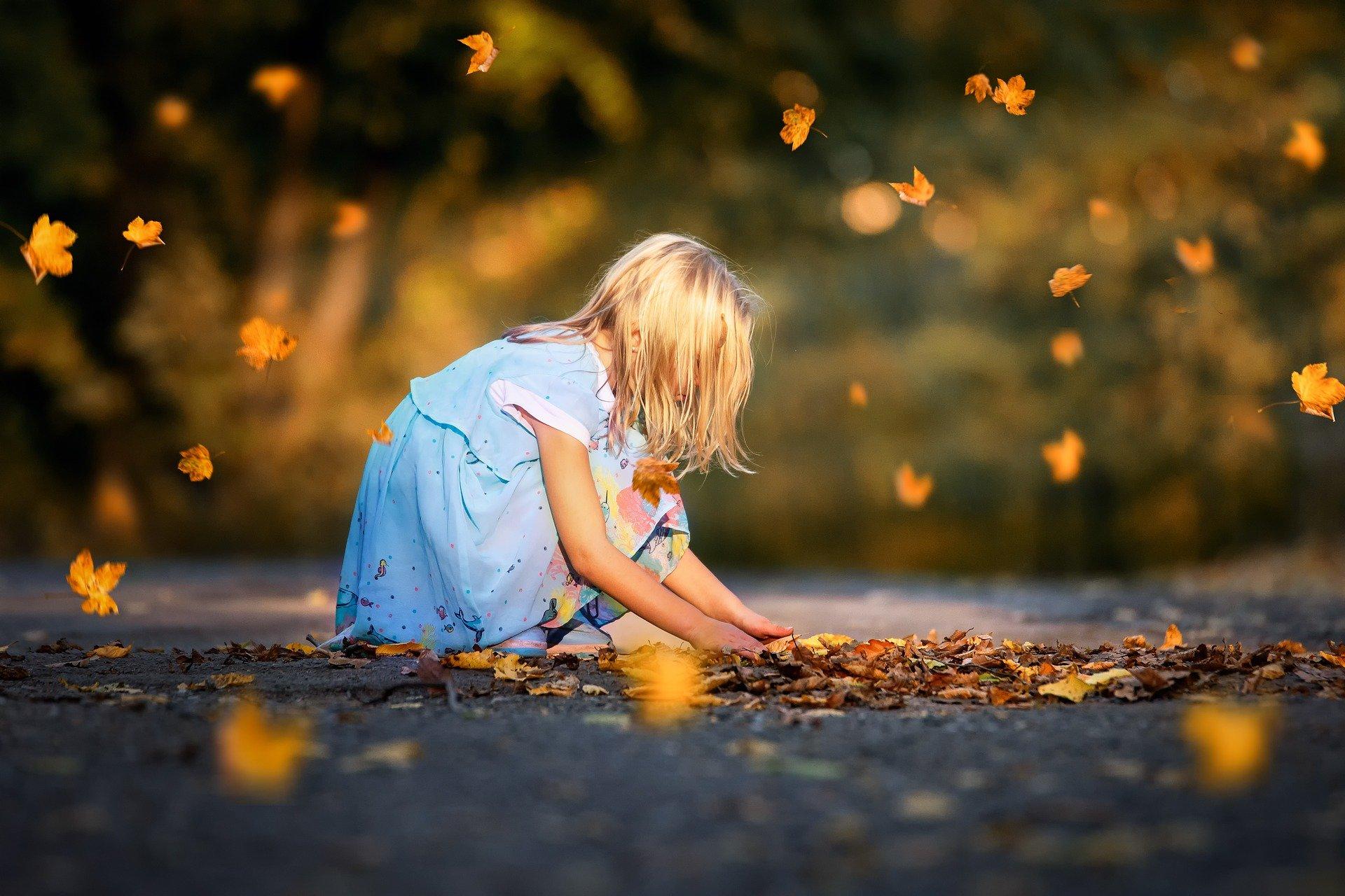 Vous saviez qu'un gros tas de feuilles peut servir de matelas de réception pour les activités fofolles.