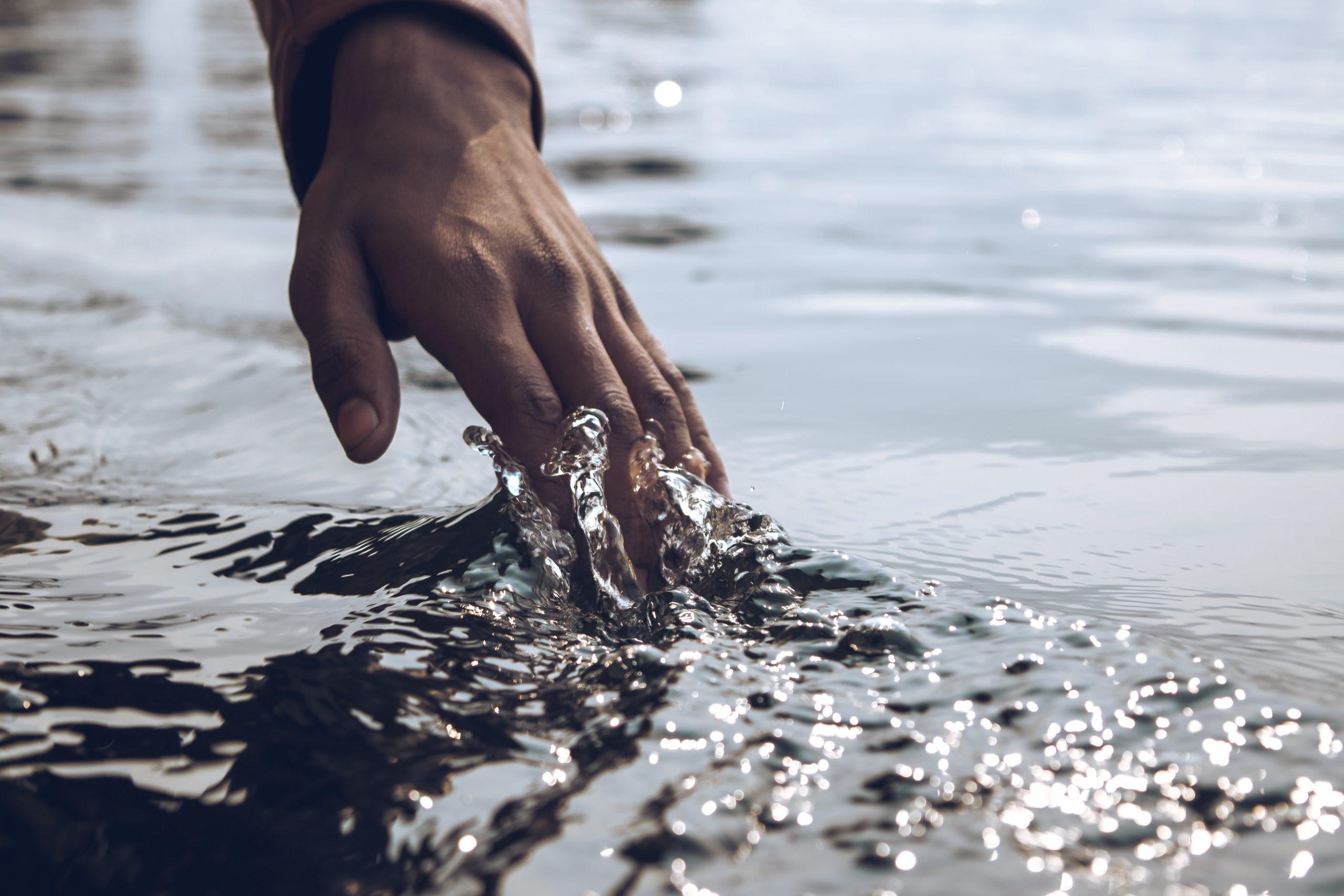 L'eau est un élément indispensable à la vie, prenez le temps de jouer avec et de sentir son contact sur votre peau.