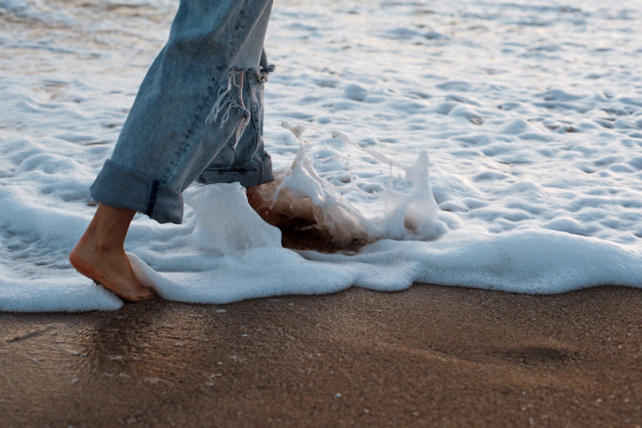 Marcher pieds nus est le meilleur des moyens d'entrer en contact avec le sol et d'entrer en relation avec son sens du toucher.