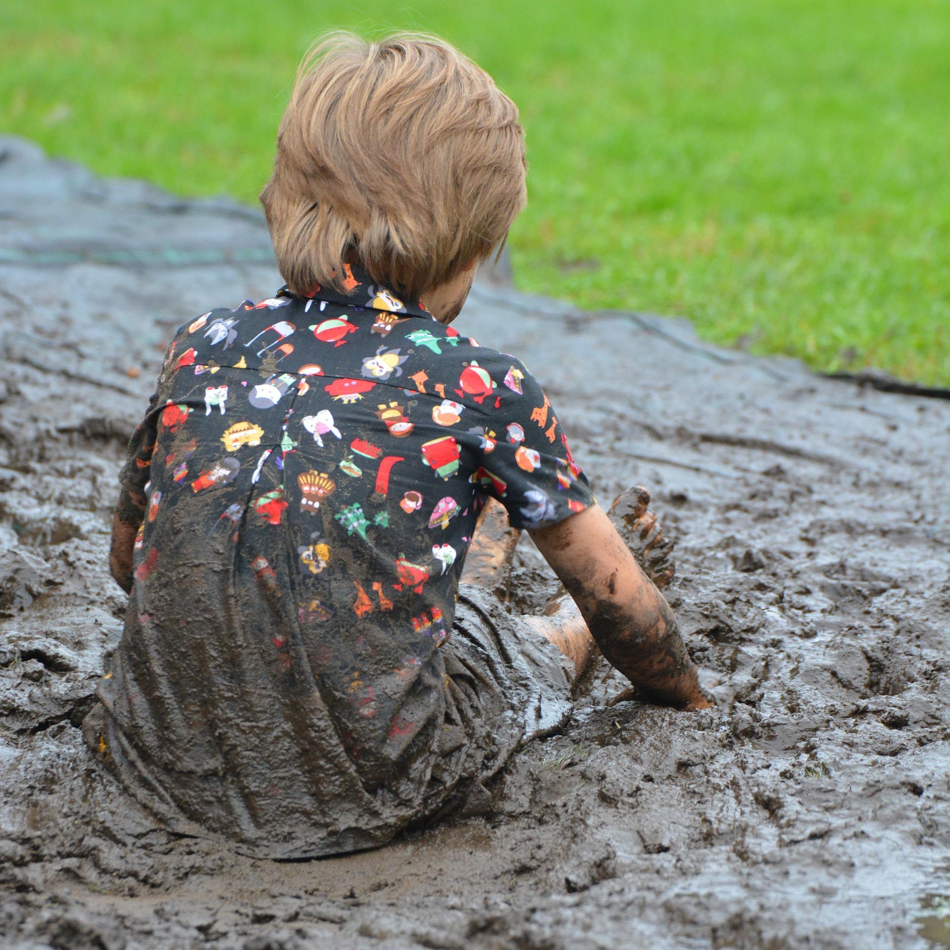 Les bienfaits de laisser nos enfants se salir