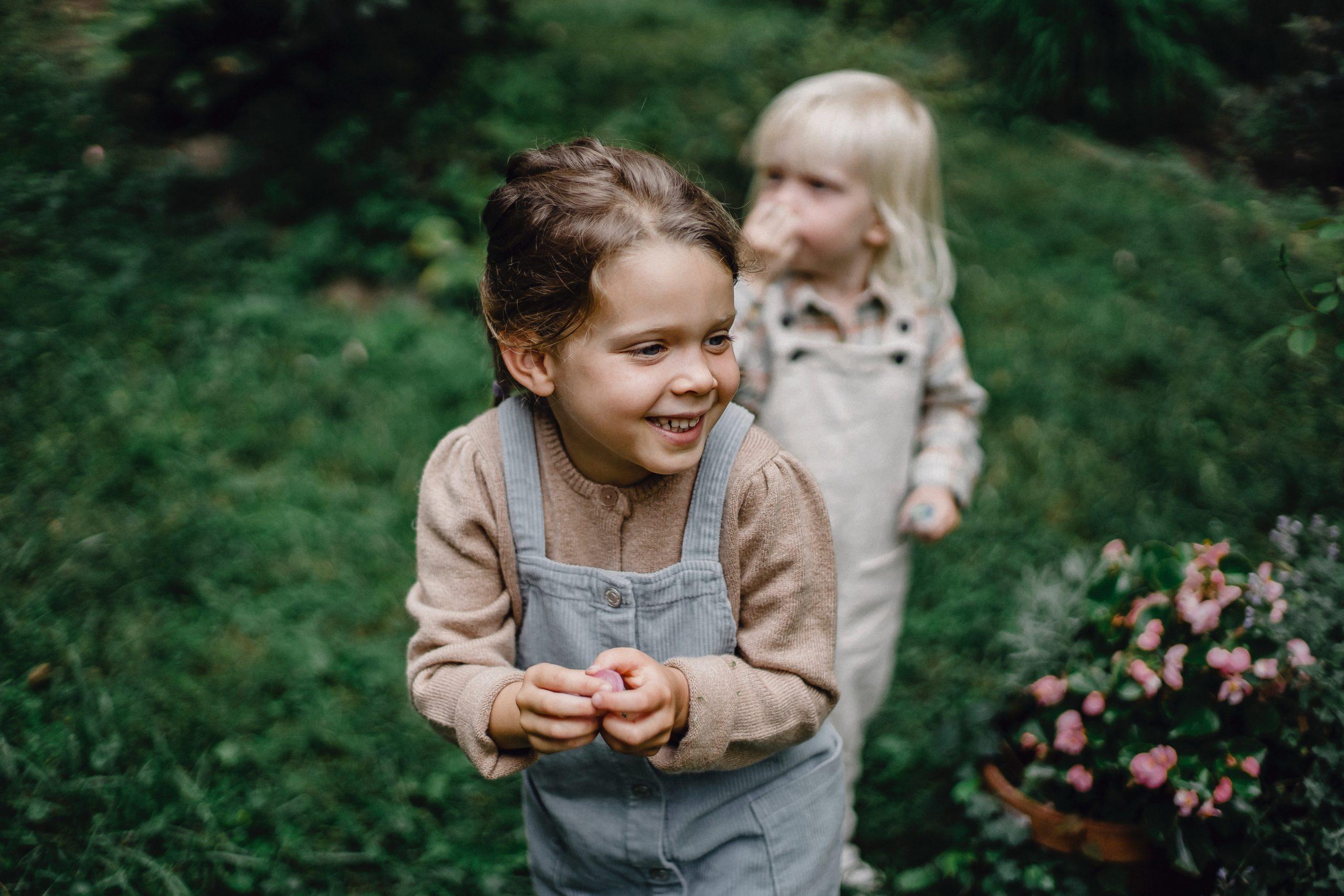 Passer du temps à l'extérieur est essentiel au développement de l'enfant selon Charlotte MASON.