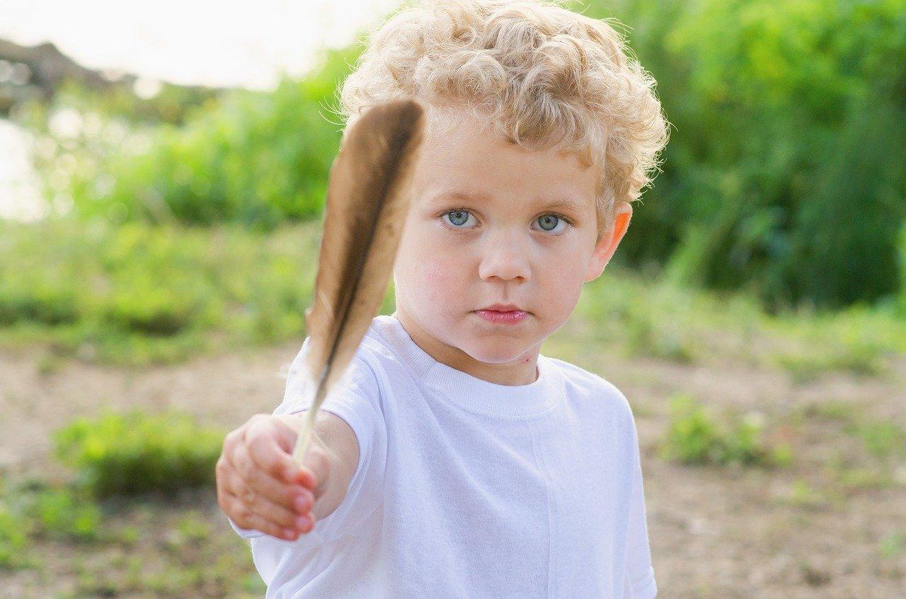 Les petits trésors de nature peuvent prendre toutes les formes que les enfants voudront : plume, feuilles, cailloux, branche, marrons, châtaignes, ...