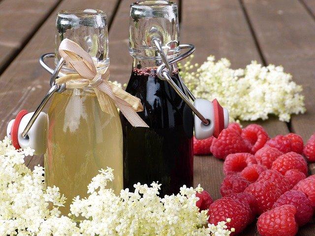 Les fleurs servent à faire une délicieuse limonade. Les baies aussi sont comestibles sont certaines conditions.