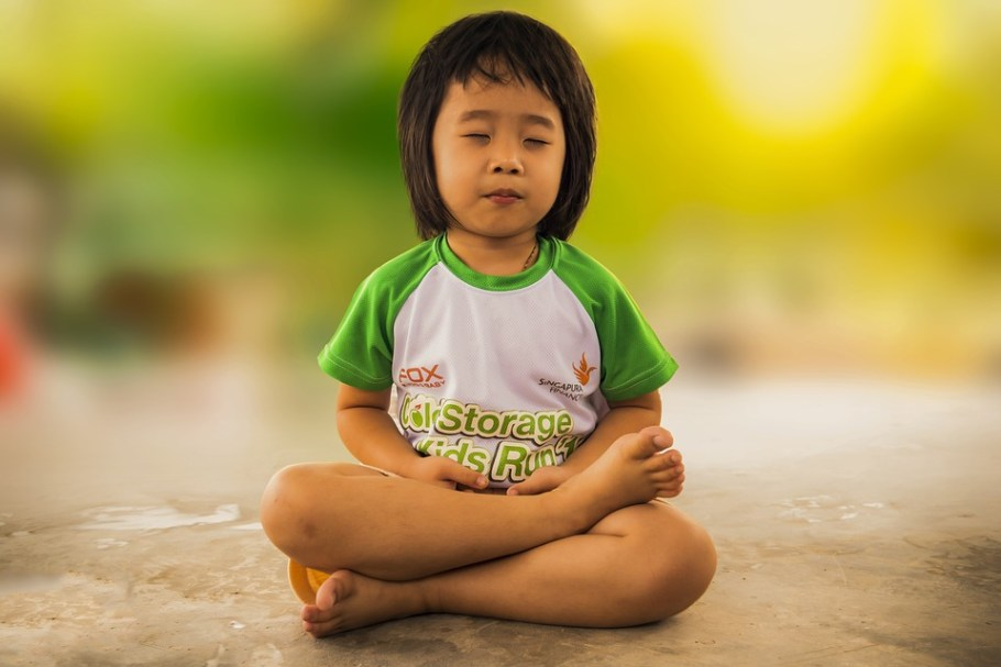enfant zen médite