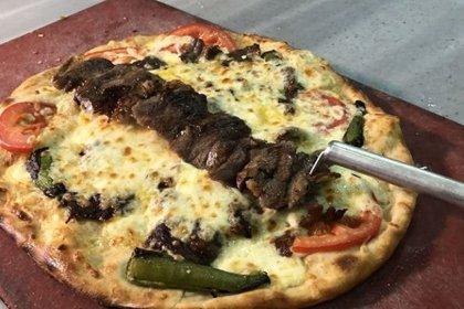 Pizza ile cağ kebabı birleşti: 'İtalyan pizzası yemek zorunda değiliz, bizimki daha orijinal'