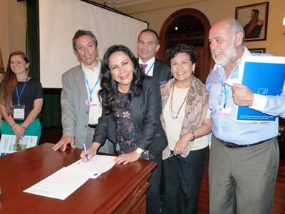 Gloria Montenegro. suscribe la Declaración de cooperación para el intercambio de Buenas Prácticas en Gestión de Cambio Climático. [400 x 350]
