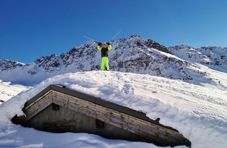 freerider sur un toit de maison dans la station de la Rosière