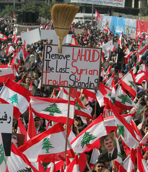 Hundreds of thousands mark anniversary of Hariri assassination; anti-Syrian groups demand president's resignation
