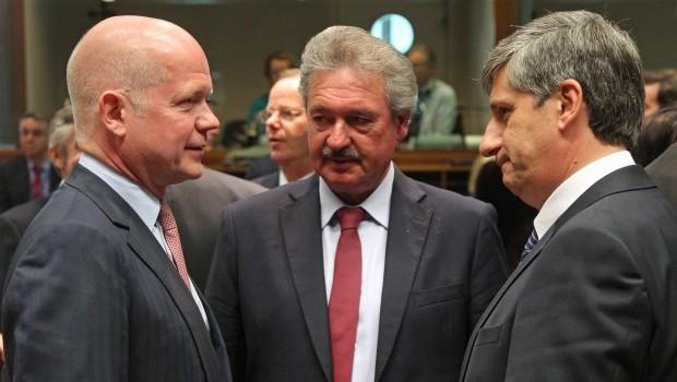EU drops arms embargo on Syrian rebels