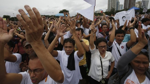 "Tens of thousands of Filipinos protest ""pork barrel"" funds"