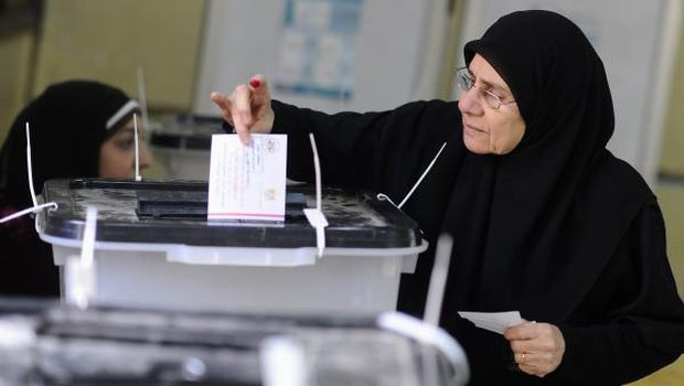 Egyptians begin voting on constitution