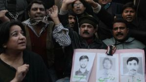 Pakistani journalists protest on January 18, 2014 against the shootings one day earlier of three television station employees, which were claimed by the Pakistani Taliban. (AFP Photo/Arif Ali)