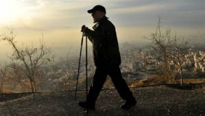 A handout picture released by the website of Iranian President Hassan Rouhani shows him hiking in the Tochal mountain, north of Tehran, on December 6, 2013. (AFP photo)