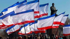 People attend a rally in front of Crimean flags at Lenin Square in Simferopol, Crimea, Ukraine, on March 15, 2014. (EPA/YURI KOCHETKOV)