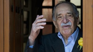 Gabriel García Márquez waves while coming out of his house to meet the press on his 87th birthday in Mexico City on March 6, 2014. (AFP PHOTO / Yuri CORTEZ)