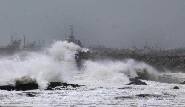 Cyclone Hudhud hammers India's eastern seaboard, three dead