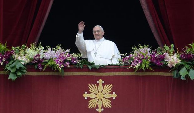 Pope, thousands brave rain for Easter in St. Peter's Square