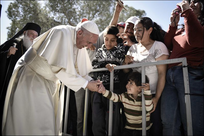 Pope Francis Returns to Rome with 12 Refugees after Visit to Greek Camp