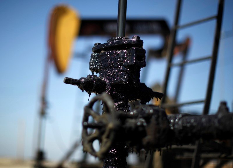 Oil Prices Fall on U.S. Stock Build, Fears over Freeze Meeting