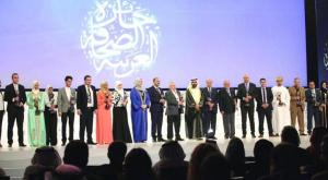 Sheikh Mohammed bin Rashed surrounded by journalists and honored winners at the conclusion ceremony for the Arab Media Forum in its 15th edition, Asharq Al-Awsat