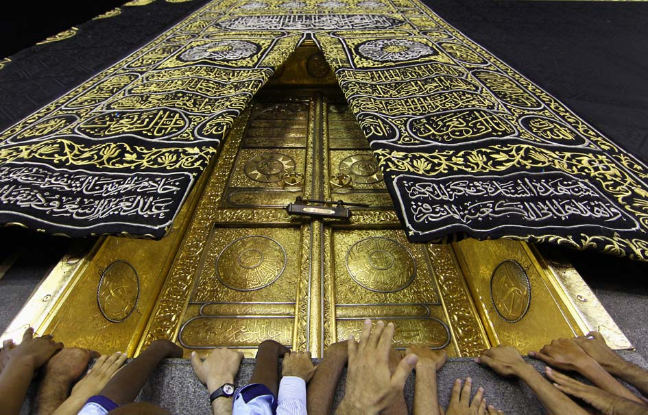 Saudi Youth Weave 'Kaaba's' Attire