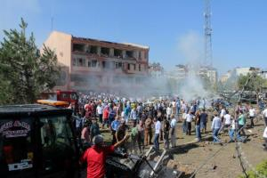 People rush to the blast scene after a car bomb attack on a police station in the eastern Turkish city of Elazig, Turkey August 18, 2016. Kamilcan Kilic/Ihlas News Agency via REUTERS