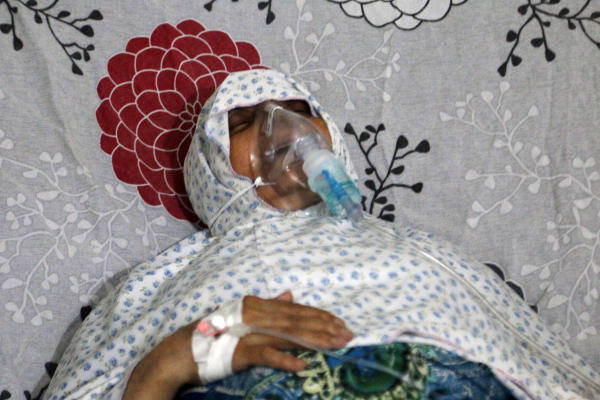 Rescue Workers Report on Suspected Aleppo Chlorine Attack Choking Dozens