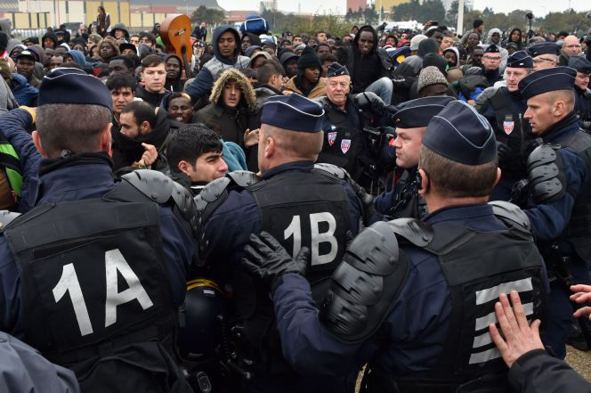 France Closes Calais File by Moving the Camp's 'Residents' to 451 Centers