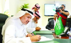 Dr. Abdullah al-Rabiah, general supervisor of the King Salman Center for Relief and Humanitarian Aid, signs a program to treat dengue fever cases in Yemeni provinces.
